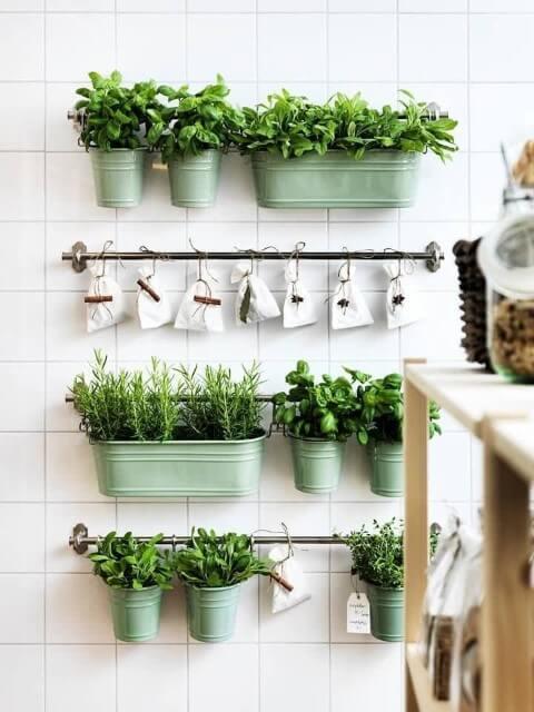 Horta vertical com vasos metálicos coloridos Foto de Pinterest
