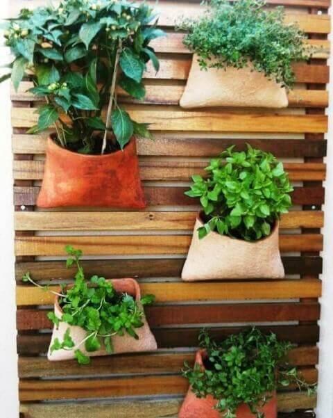 Horta vertical com vasos que parecem bolsos Foto de Roofing Brooklyn