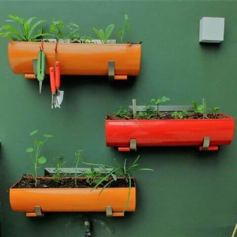 Horta vertical com vasoso coloridos Foto de Roofing Brooklyn