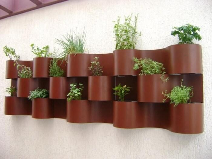 Horta vertical em estrutura marrom Foto de 9houz
