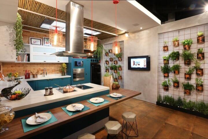 Horta vertical na parede da cozinha com projeto aberto Projeto de Ana Cano Milman