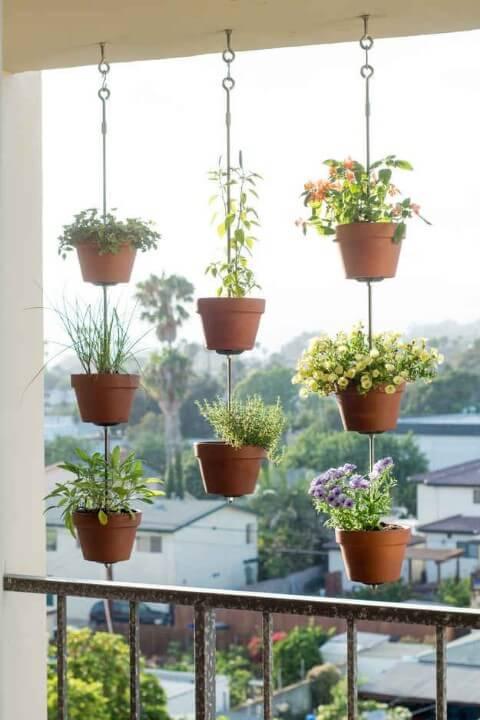Horta vertical pendurada na varanda Foto de Espaço Casa