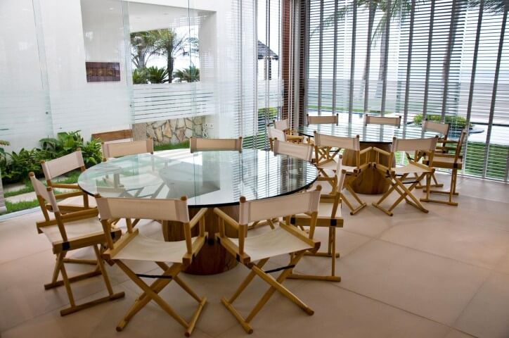 Mesa redonda de vidro ampla com 8 cadeiras Projeto de Renato Teles Arquitetura