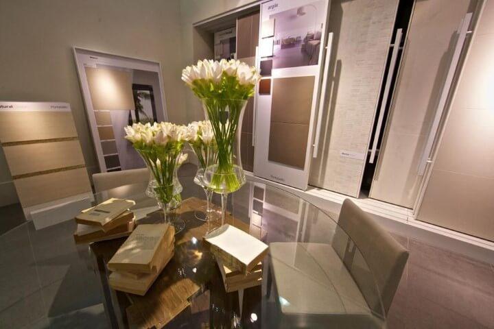 Mesa redonda de vidro ampla com cadeiras almofadadas Projeto de Expo Revestir