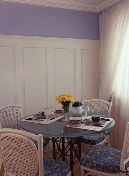 Mesa redonda de vidro azul com cadeira com almofada estampada Projeto de Oscar Mikail