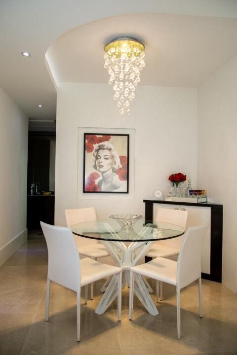 Mesa redonda de vidro com 4 cadeiras brancas Projeto de Arq Elaine Fonseca