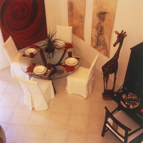 Mesa redonda de vidro com 4 cadeiras brancas Projeto de Brunete Fraccaroli