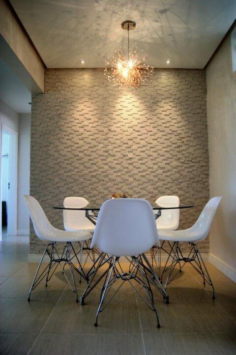 Mesa redonda de vidro com 5 cadeiras estilo Eames Projeto de Priscila Fernandes
