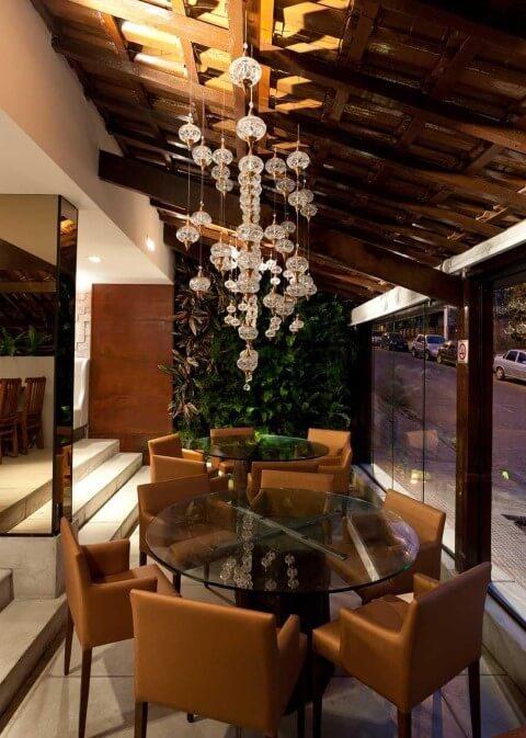 Mesa redonda de vidro com 6 cadeiras de couro caramelho Projeto de LF Rezende