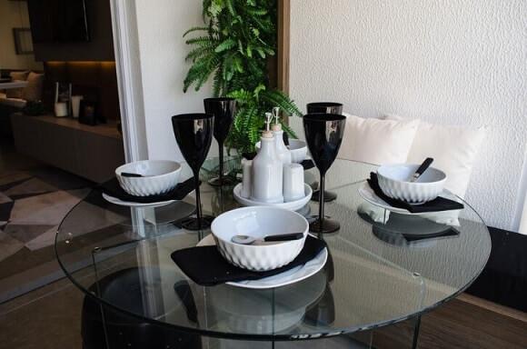Mesa redonda de vidro com banco de almofada preta Projeto de Studio Ecoara