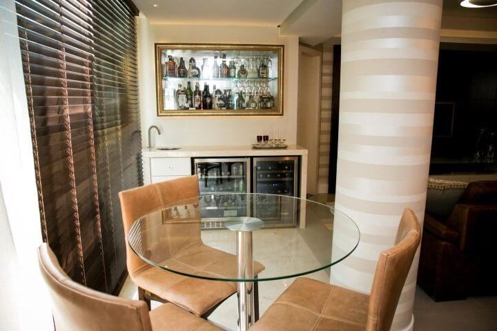 Mesa redonda de vidro com cadeiras de couro Projeto de Casa Arquitetos Associados