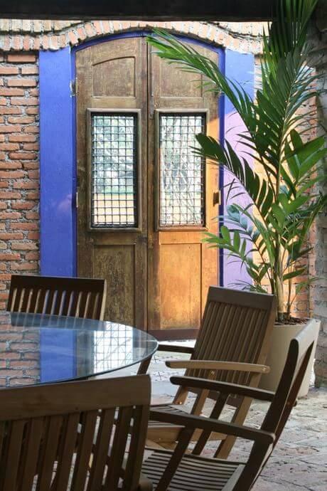 Mesa redonda de vidro com cadeiras de madeira Projeto de Francisco Calio