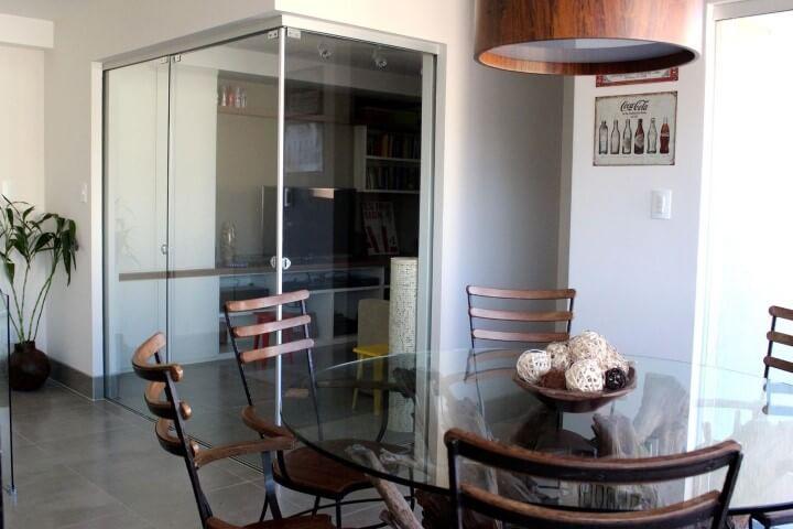 Mesa redonda de vidro com cadeiras de madeira Projeto de Studio Due Arquitetura