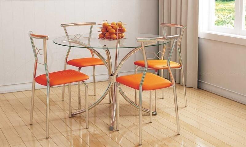 Mesa redonda de vidro com cadeiras laranjas Projeto de LojasKD