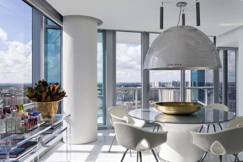 Mesa redonda de vidro com luminária grande Projeto de Roberto Migotto