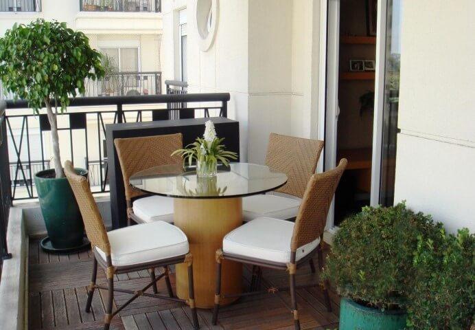 Mesa redonda de vidro com quatro cadeiras Projeto de Renata Romeiro