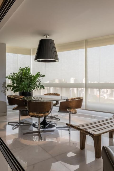 Mesa redonda de vidro e 4 cadeiras com designs diferentes Projeto de LF Rezende