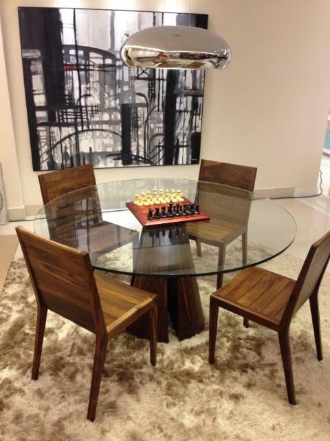 Mesa redonda de vidro e cadeiras de madeira Projeto de Catiucia Fernandes Arquitetura