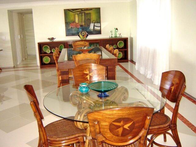 Mesa redonda de vidro e cadeiras de madeira Projeto de Jacomo Botter