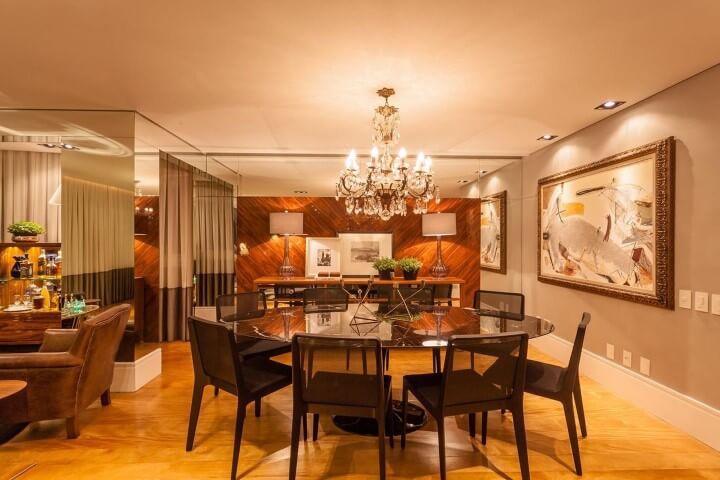 Mesa redonda de vidro e lustre clássico Projeto de Juliana Pippi