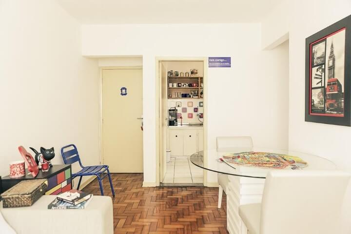 Mesa redonda de vidro pequena em sala integrada Projeto de Casa Aberta