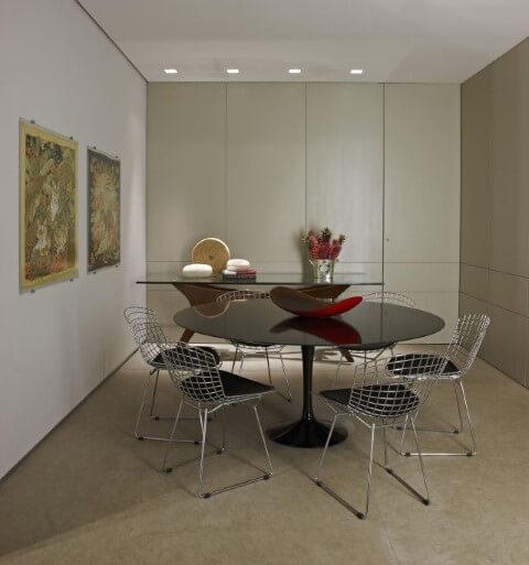 Mesa redonda de vidro preto com cadeiras cromadas Projeto de Gislene Lopes