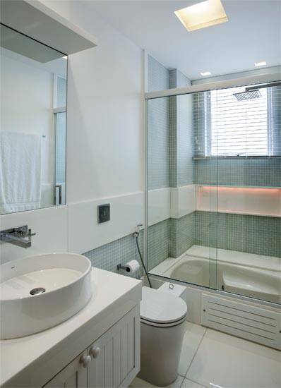 Revestimento para banheiro piso ceramico branco com pastilhas na parede