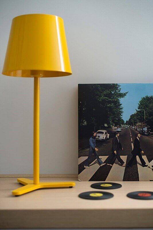 abajur amarelo e minimalista