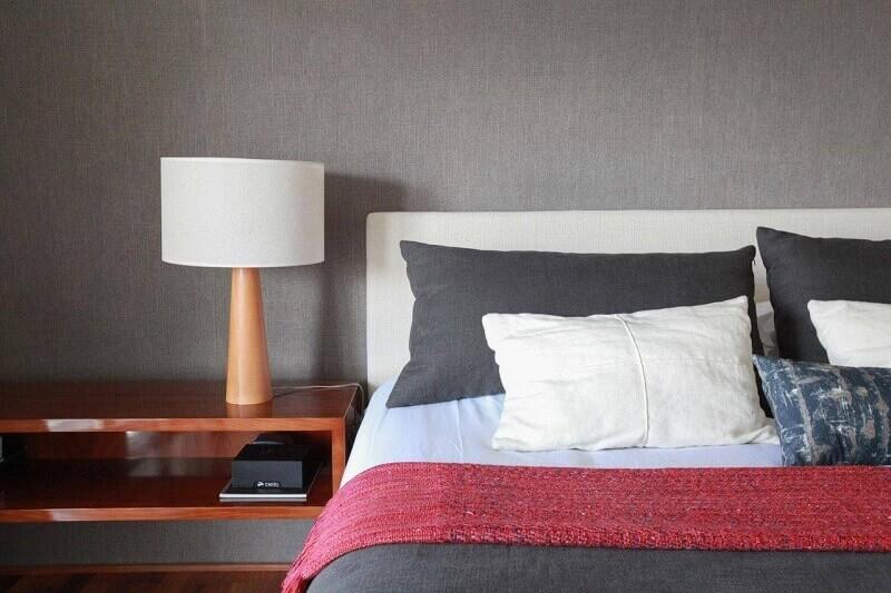 abajur com base de madeira para quarto