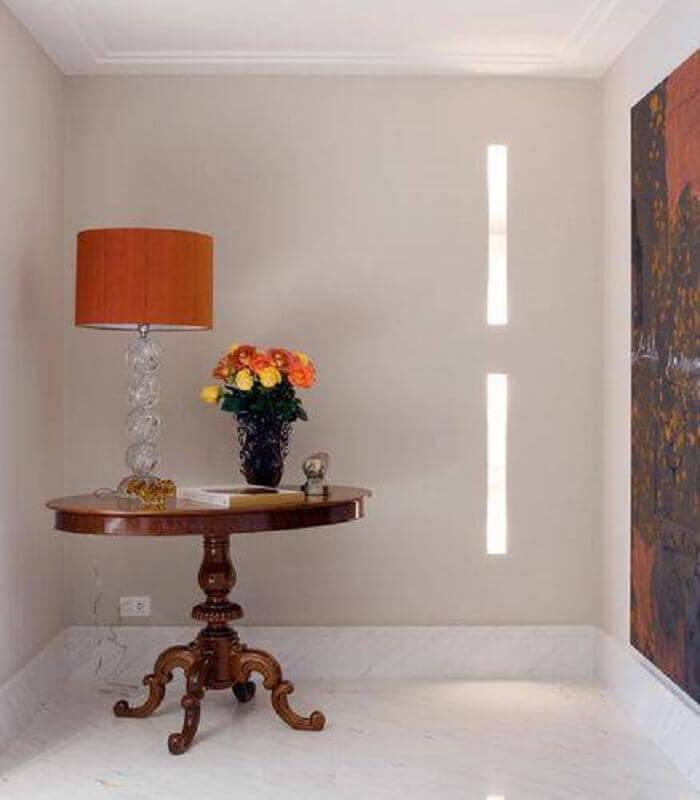 abajur com cúpula laranja e base transparente