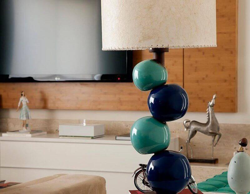 abajur diferente com base de bolas coloridas