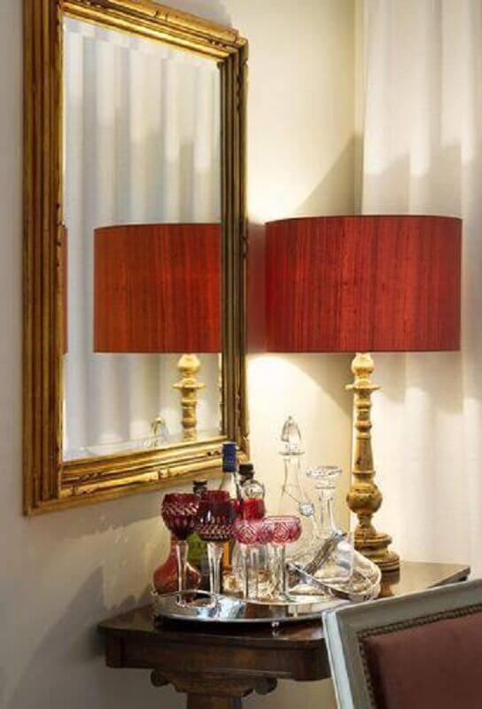 abajur para sala com base dourada e cúpula vermelha