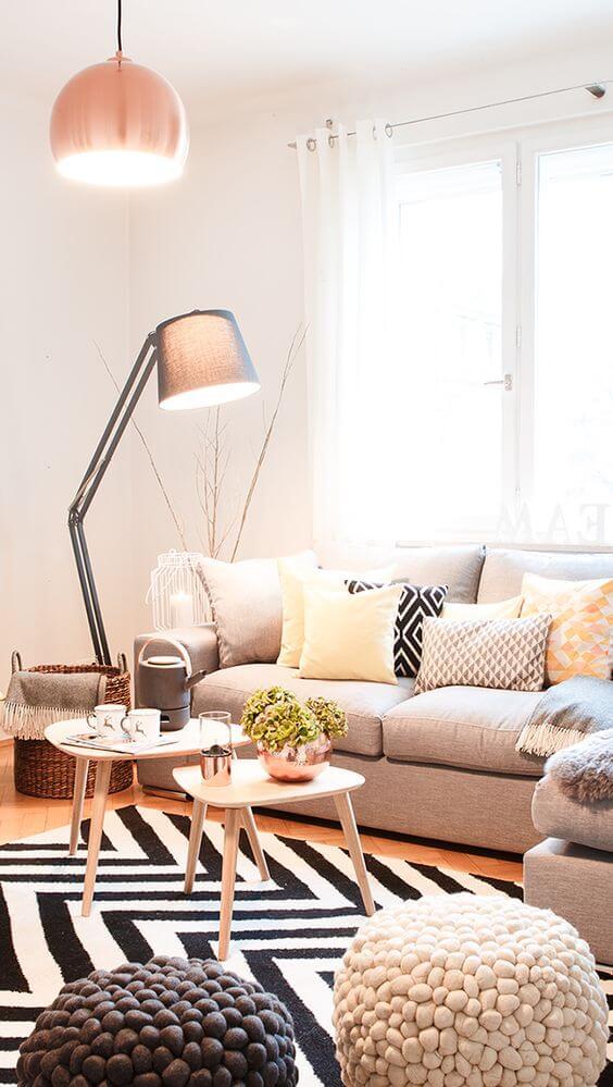 Abajur para sala de estar moderna com tapete geométrico