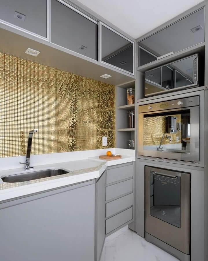 acabamento metalizado para pastilhas de vidro para cozinha planejada cinza  Foto Monise Rosa Arquitetura