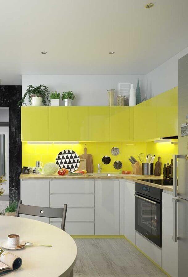 amarelo para decoração de cozinha planejada branca Foto Pinterest