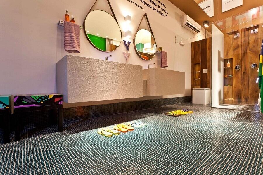 banheiro com pastilha de vidro azul no chão  Foto  Juliana Pippi