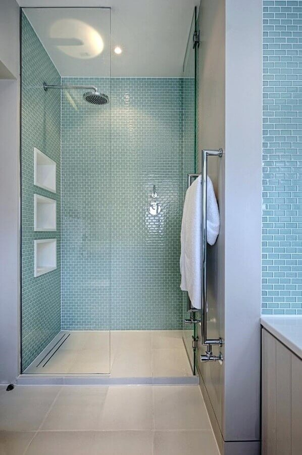 banheiro decorado com pastilhas de vidro azul  Foto Decor Snob