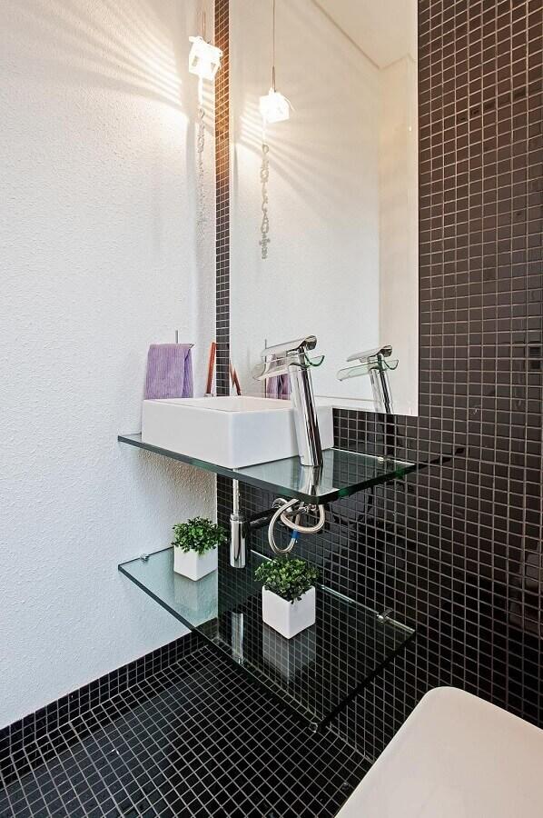 banheiro decorado com pastilhas de vidro preta  Foto Patricia Zazoni