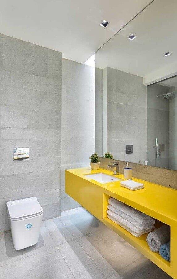 banheiro moderno decorado com bancada amarela planejada  Foto Architizer