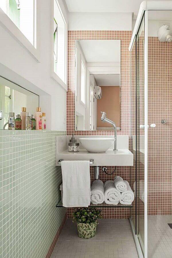 banheiro pequeno decorado com duas cores de pastilhas de vidro Foto Minha Casa
