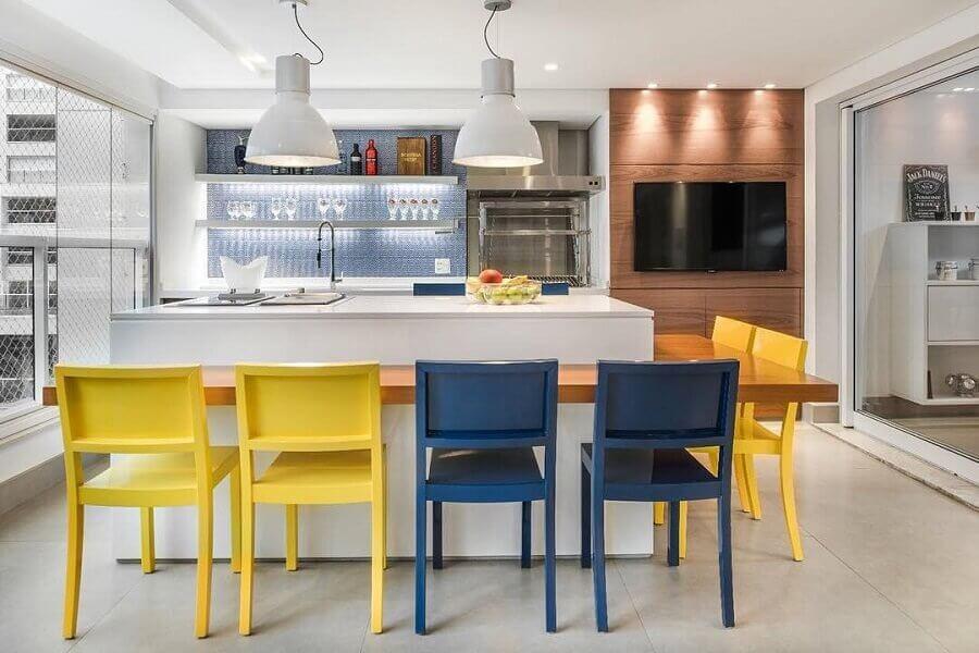 cadeiras amarelas para decoração de varanda gourmet com ilha  Foto Fernanda Dabbur Arquitetura e Interiores