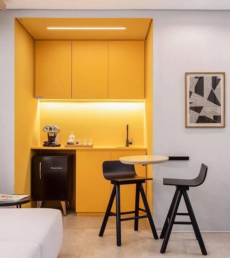 casa branca decorada com cozinha pequena amarela Foto Sala 2 Arquitetura e Design