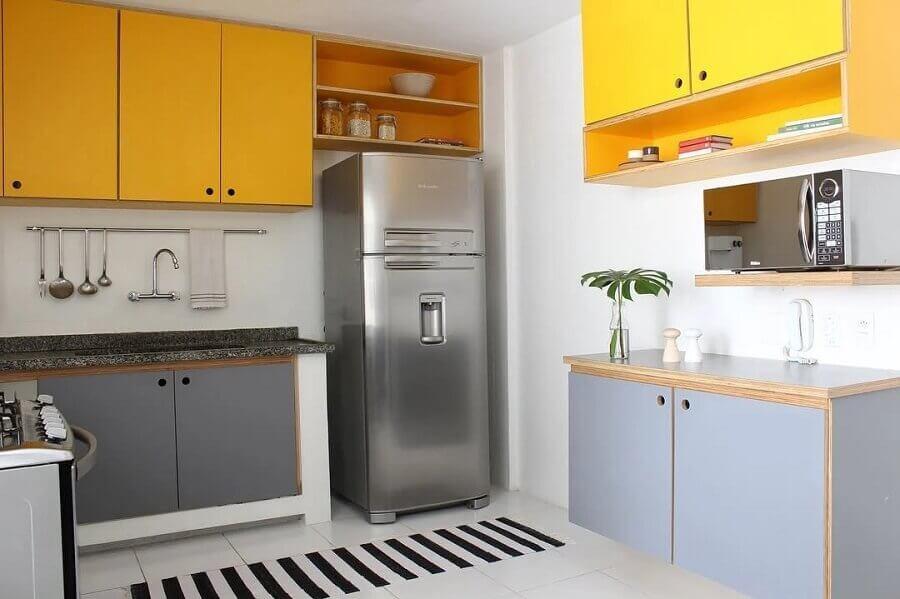 cores quentes para armário aéreo em cozinha cinza e branca Foto Samambaia Arquitetura