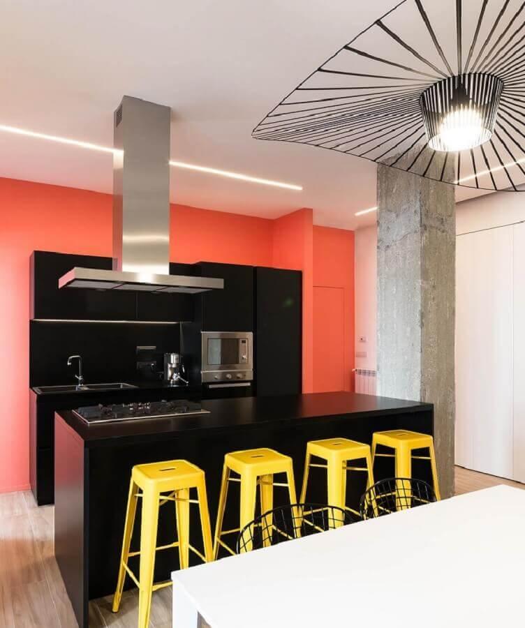 cores quentes para cozinha moderna com armários pretos  Foto Pinterest