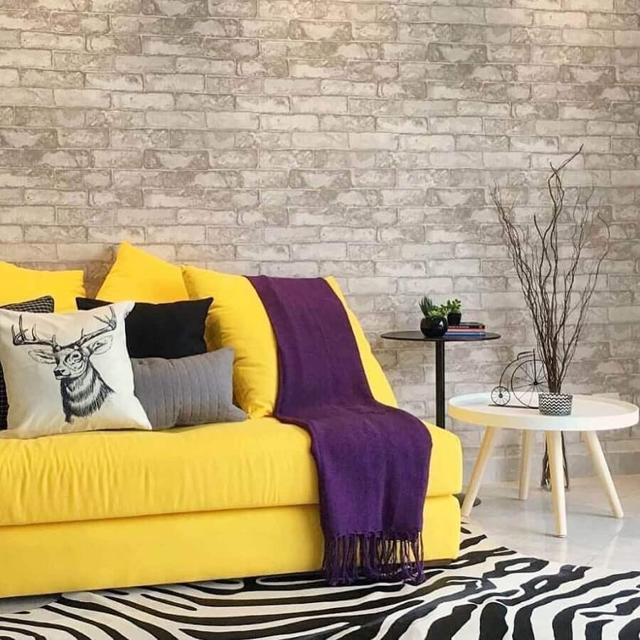 cores quentes para decoração de sala com parede de tijolinho cinza  Foto Yanaina Interior Design