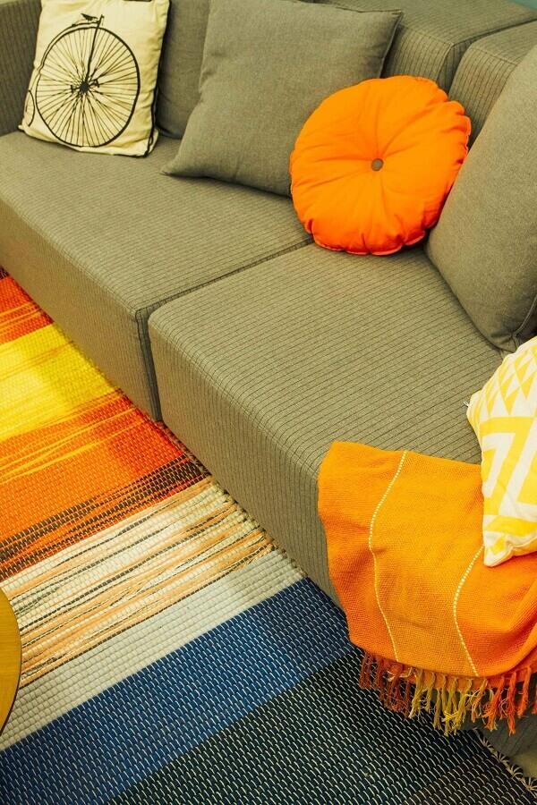 cores quentes para decoração de sala com sofá cinza Foto OPPA