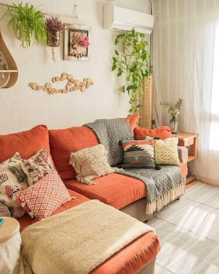 cores quentes para decoração de sala com sofá laranja  Foto Pinterest