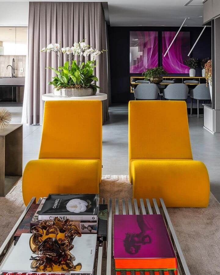 cores quentes para sala moderna com poltronas modernas amarelas  Foto Maurício Karam Arquitetura