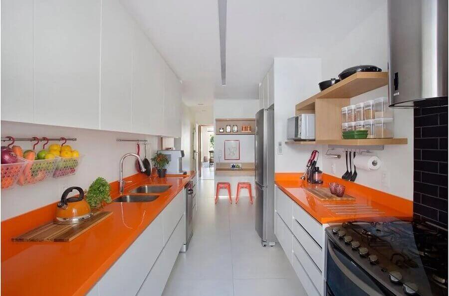 cozinha branca planejada com bancada laranja  Foto MIGS Arquitetura