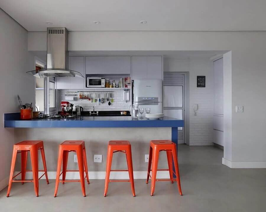 cozinha cinza moderna decorada com banquetas laranjas Foto GF Projetos